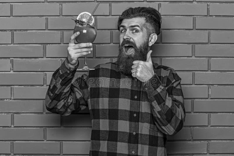 De barman adviseert om drank te proberen Mens in geruit overhemd stock foto