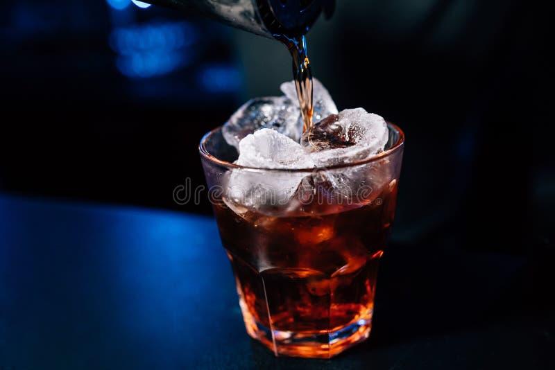 De barman bereidt een cocktail voor stock fotografie