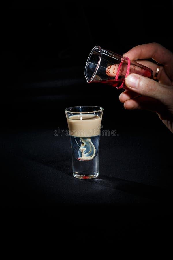 De barman bereidt een cocktail voor stock afbeeldingen