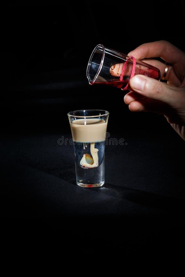 De barman bereidt een cocktail voor stock foto