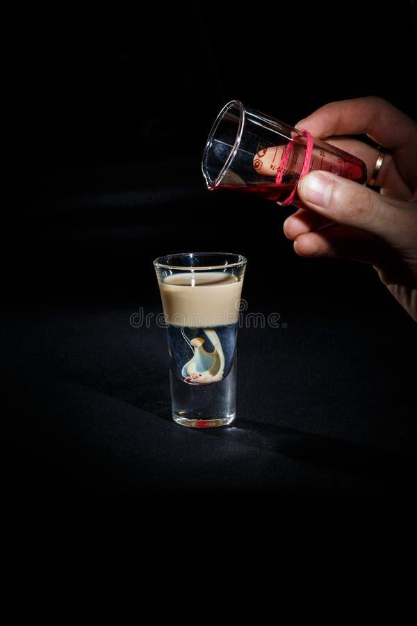 De barman bereidt een cocktail voor stock foto's