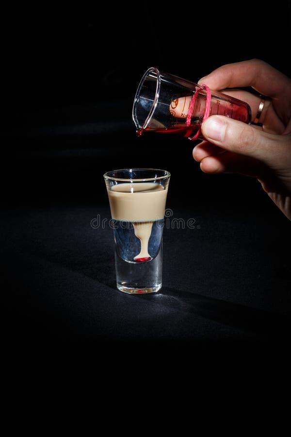 De barman bereidt een cocktail voor royalty-vrije stock foto