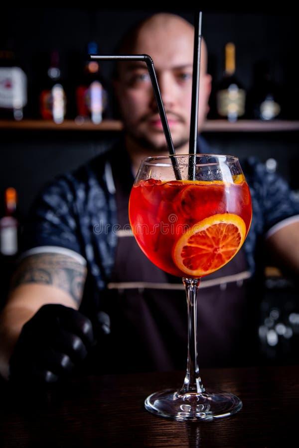 De barman geeft voorbereide cocktail van verse en smakelijke Aperol-spuit royalty-vrije stock foto