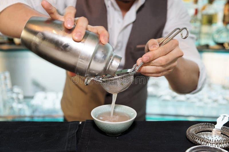 De barman maakt cocktail stock afbeelding