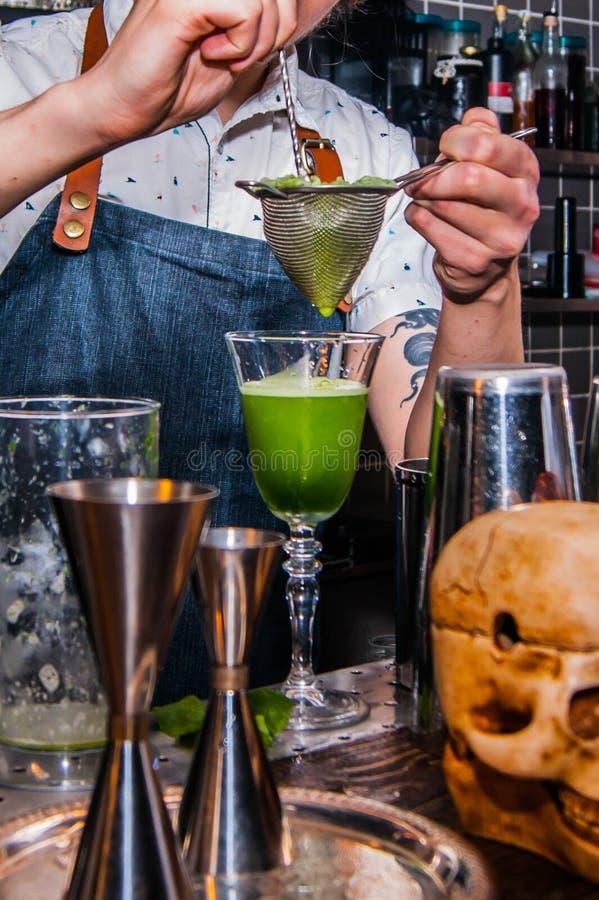 De barman maakt een cocktail stock fotografie
