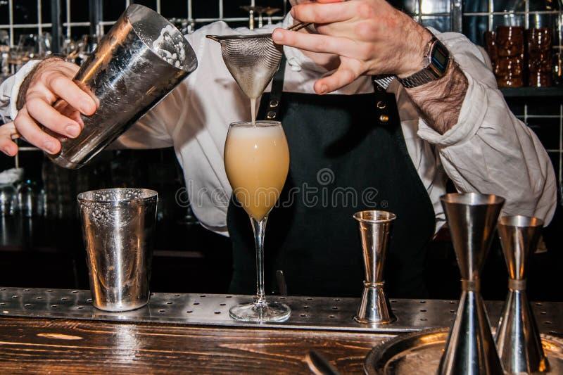 De barman maakt een cocktail royalty-vrije stock foto's