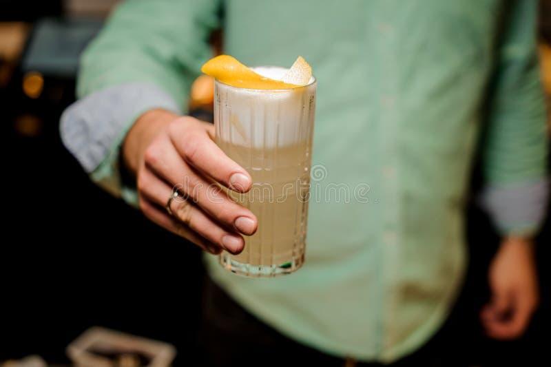 De barman ` s dient barbinnenland in die tot alcohol maken lange cocktail royalty-vrije stock fotografie
