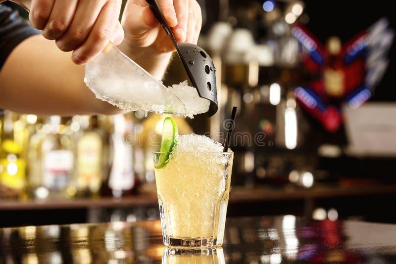 De barman verfraait cocktail met verpletterd ijs bij bar royalty-vrije stock foto