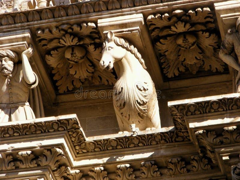 De barokke decoratie van het paardstandbeeld van de godsdienstige bouw, kerk Het beeldhouwwerk is oud en oud in Lecce, Italië Pu stock afbeelding