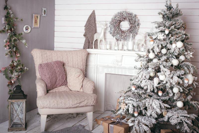 De Barokke dichtbijgelegen verfraaide Kerstboom van de open haardkaars stock afbeelding