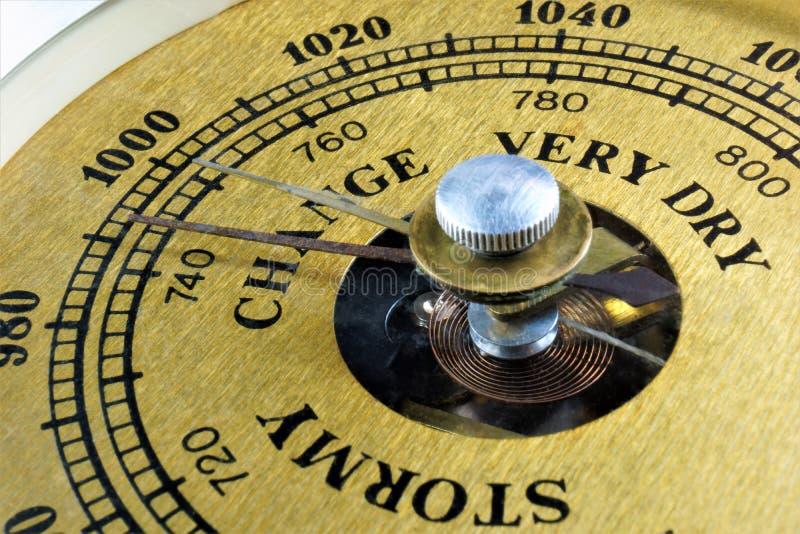 De barometer van de schaalwijzerplaat - wijst duidelijk op veranderingen of bewolkt Het barometerinstrument voor het meten van at royalty-vrije stock foto