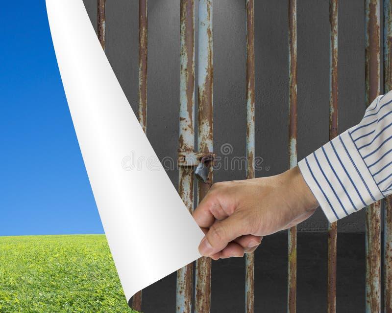 De barsdeur van het mensenverandering gesloten ijzer in groene weide en duidelijk blauw royalty-vrije stock afbeeldingen