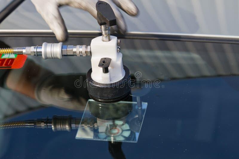 De barst van de reparatie in windscherm stock afbeeldingen