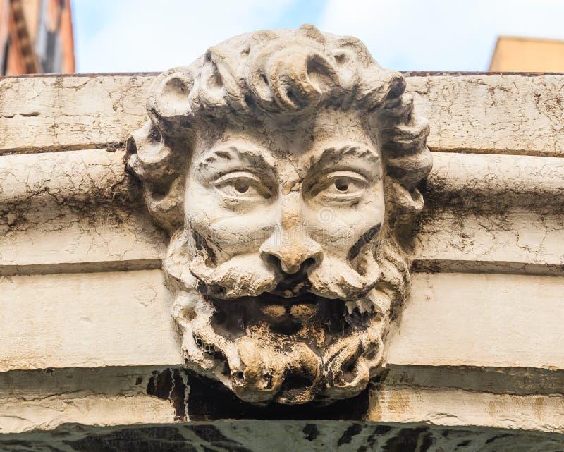 De bas-hulp op de brug over een kanaal in Venetië royalty-vrije stock foto