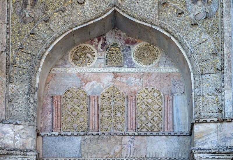 De bas-hulpboog over de poort aan de Heilige merkt Basiliek in Venetië stock fotografie
