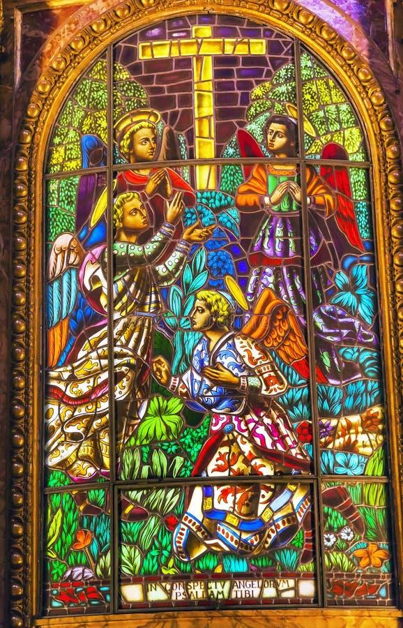 De Basiliek Madrid Spanje van Heilige Michael van het engelengebrandschilderde glas stock fotografie