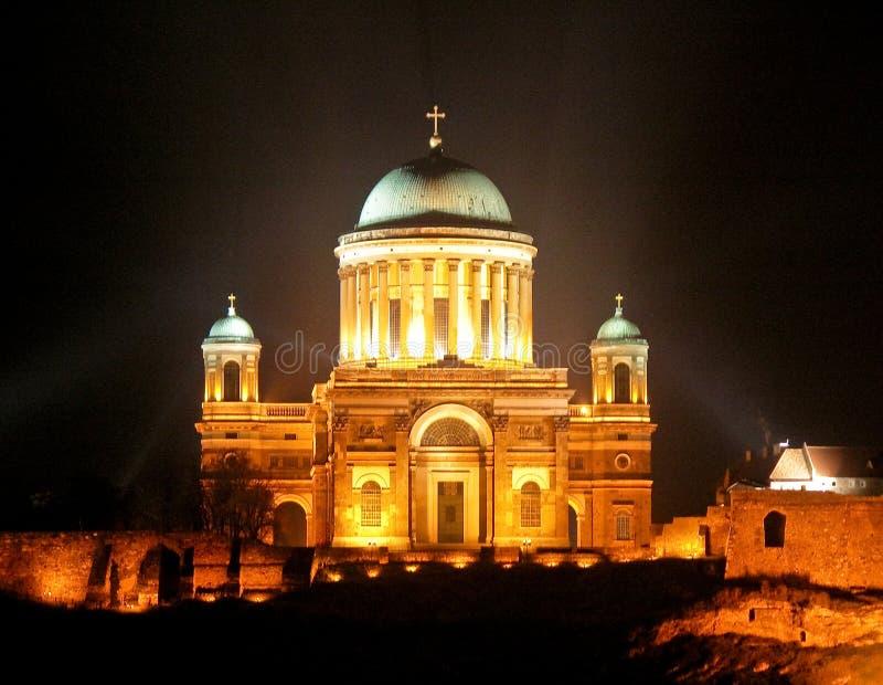 De Basiliek van Esztergom bij nacht royalty-vrije stock foto's