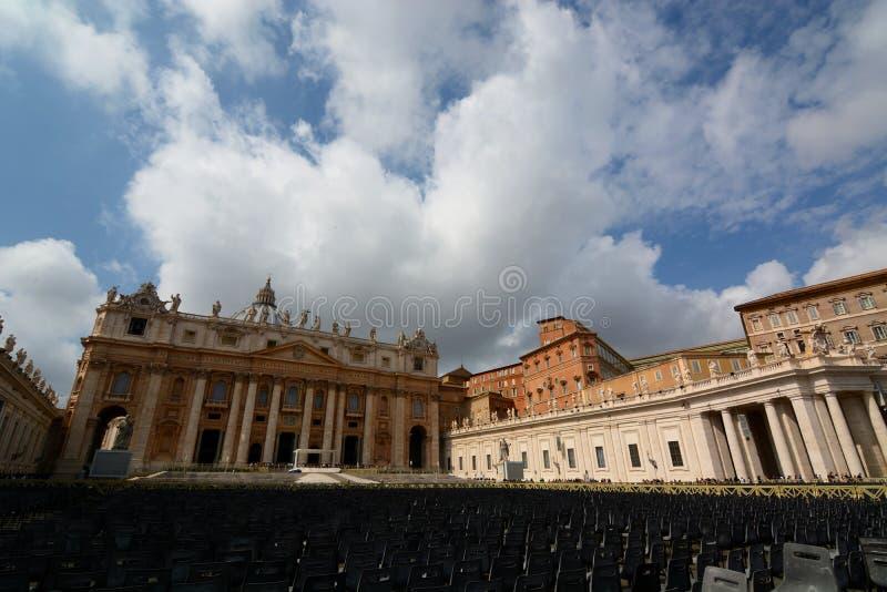 Download De Basiliek Van Heilige Peter. De Stad Van Vatikaan Redactionele Stock Foto - Afbeelding bestaande uit kerk, kolom: 39108508