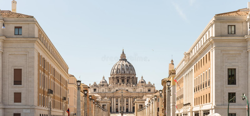 De Basiliek van heilige Peter, hoofdvoorgevel en koepel De stad van Vatikaan stock afbeelding