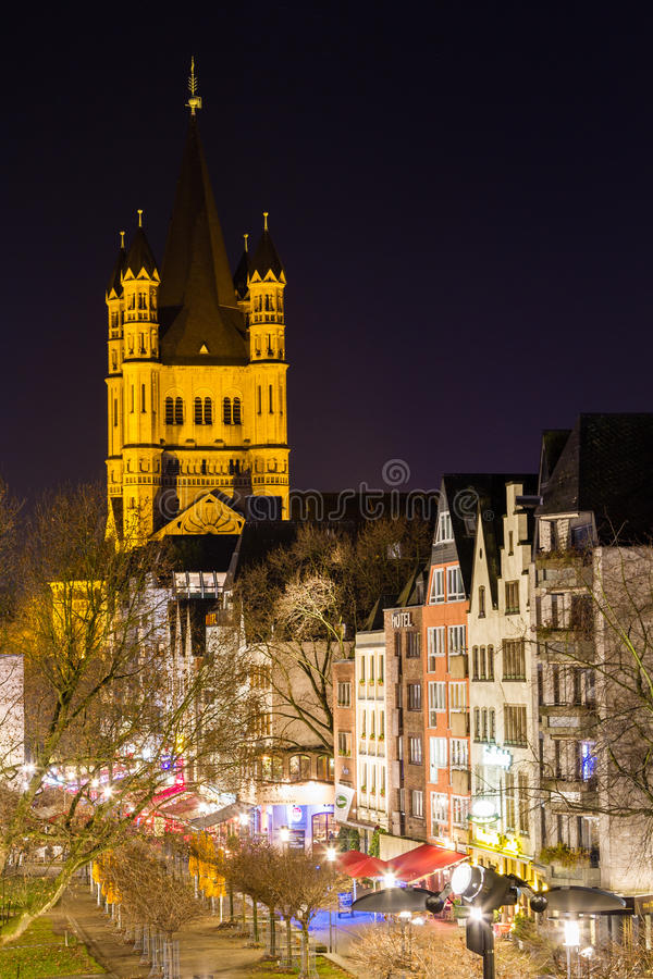 De Basiliek van St Martin bij nacht in Keulen stock fotografie