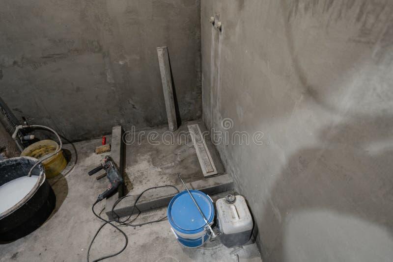 De basis van douchecabine Badkamers tijdens het eindigen het werk Het leggen van tegels op de muur en de vloer De Vernieuwing van stock afbeeldingen