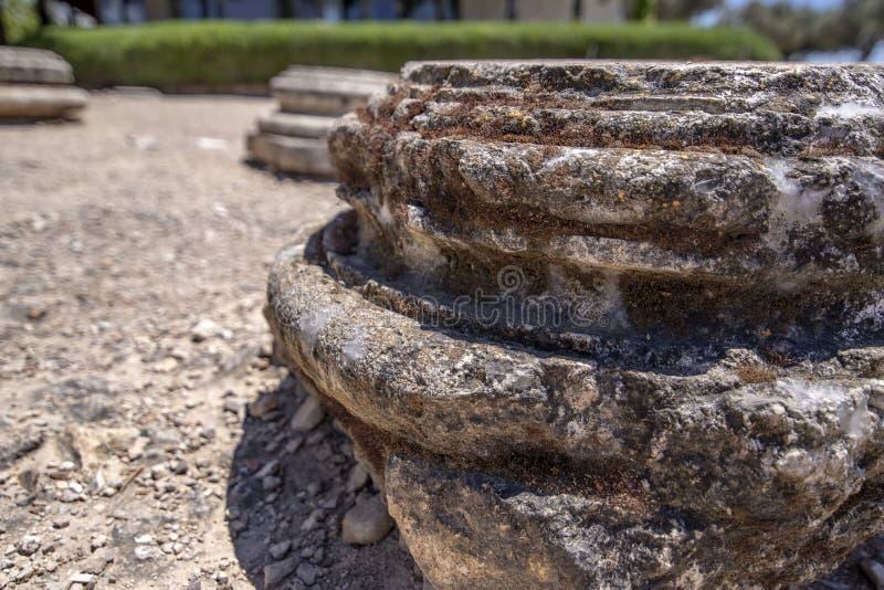 De basis van de oude kolom van de historische stad van Ziporyn, een nationaal park, Israël stock afbeeldingen