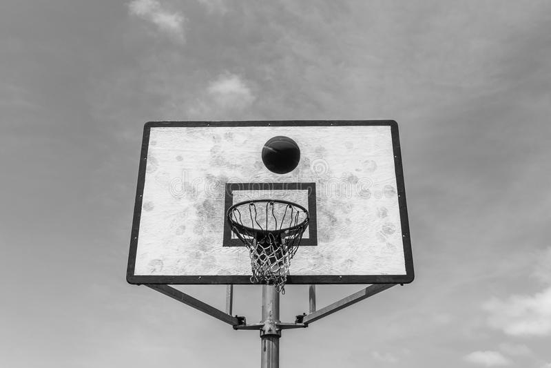 De basket-ball de conseil de boule blanc de noir dehors photo stock