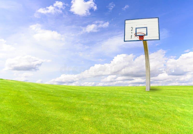 But de basket-ball sur le champ vert images stock