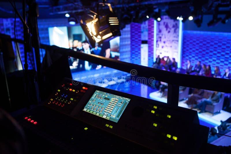 De bastidores do lado do console de mistura no estúdio da televisão fotografia de stock
