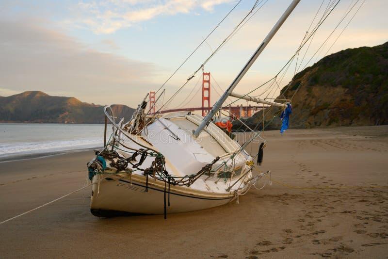 De Beachedzeilboot waste aan wal in San Francisco royalty-vrije stock foto's
