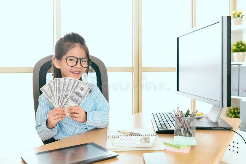 De beambte die van het jong geitjemeisje bankbiljetgeld tonen royalty-vrije stock foto
