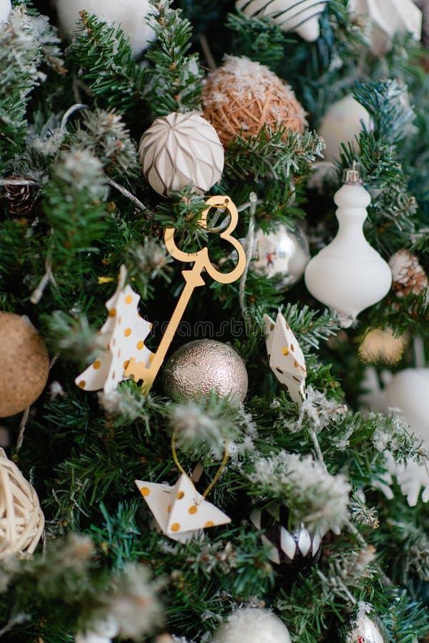 De beaux jouets de Noël accrochés à un arbre de Noël image libre de droits