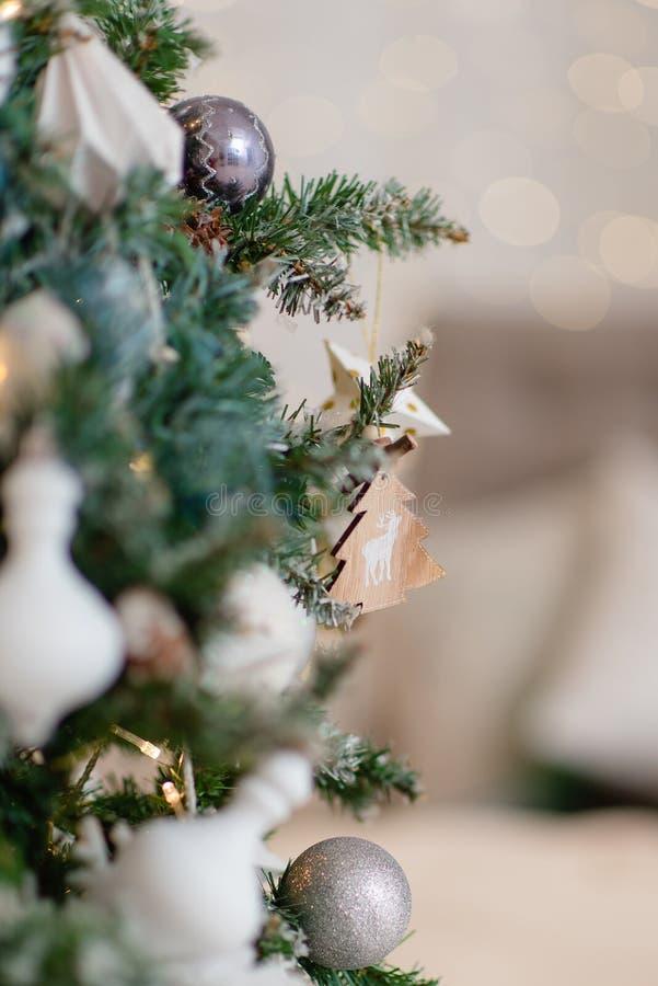 De beaux jouets de Noël accrochés à un arbre de Noël images libres de droits