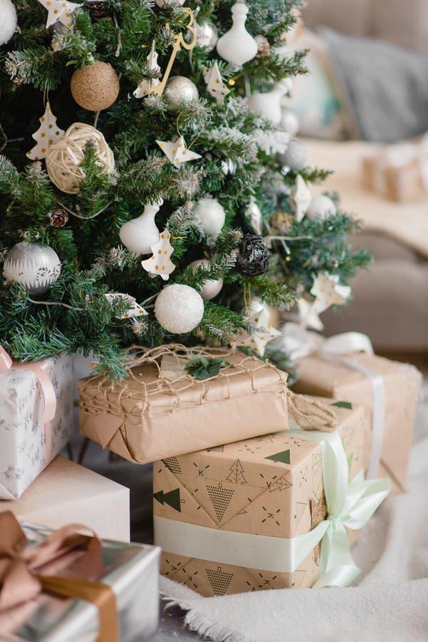 De beaux jouets de Noël accrochés à un arbre de Noël photos libres de droits