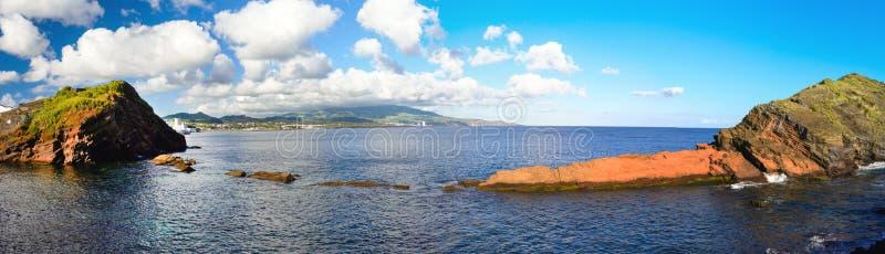 De beaux nuages blancs sur le ciel bleu et la côte de la ville de Ponta Delgada, l'île de San Miguel, Portugal Panorama images libres de droits