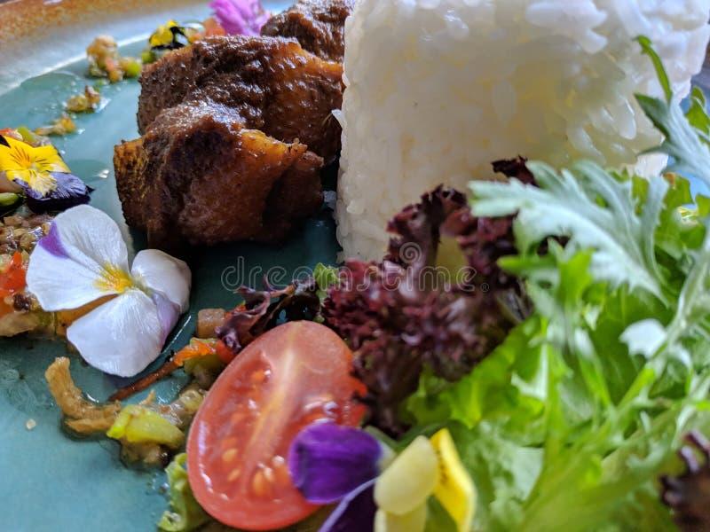 De Bebek areh sambal matah is Indonesisch traditioneel voedsel, smakelijk eendvlees dat met verse matal saus wordt gecombineerd stock afbeeldingen
