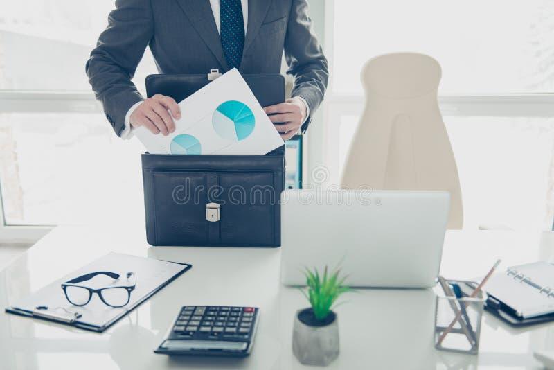 De bebouwde foto van de deskundige mens in formalwear treft aan conferentie voorbereidingen stock foto's