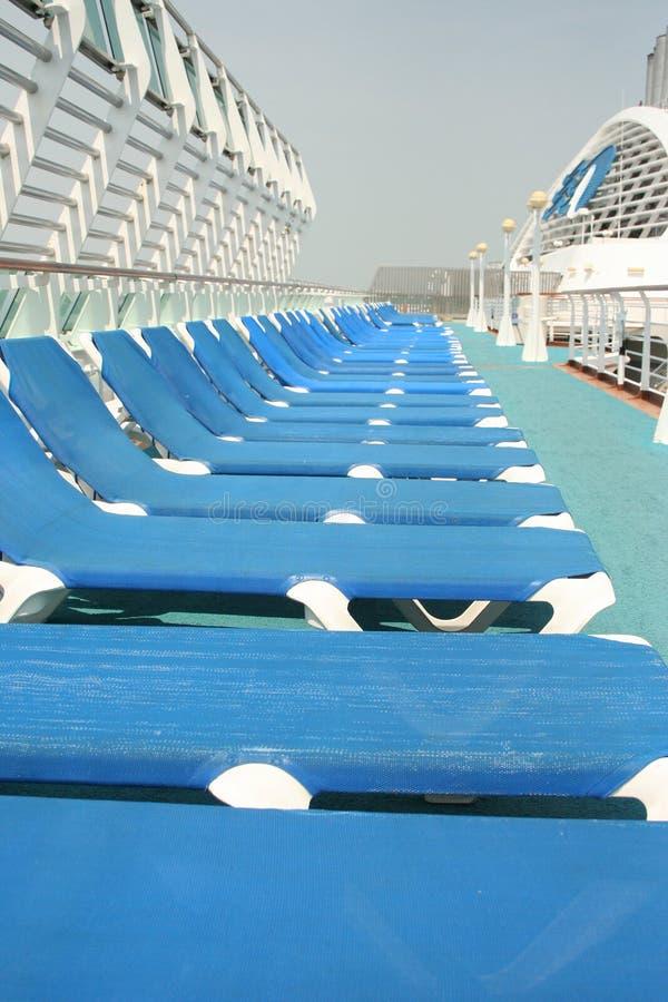 De bedden van de zon op cruiseschip stock foto