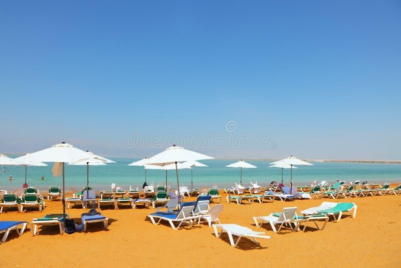 De bedden van de zon, stoelen, paraplu's royalty-vrije stock afbeelding