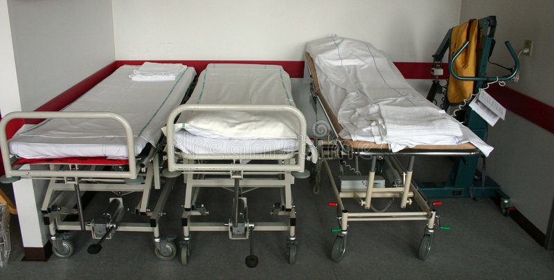 De bedden van het ziekenhuis stock foto's