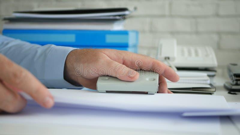 De bediende Workplace Activity Working in Archief perforeert Document met een Gat Puncher stock foto