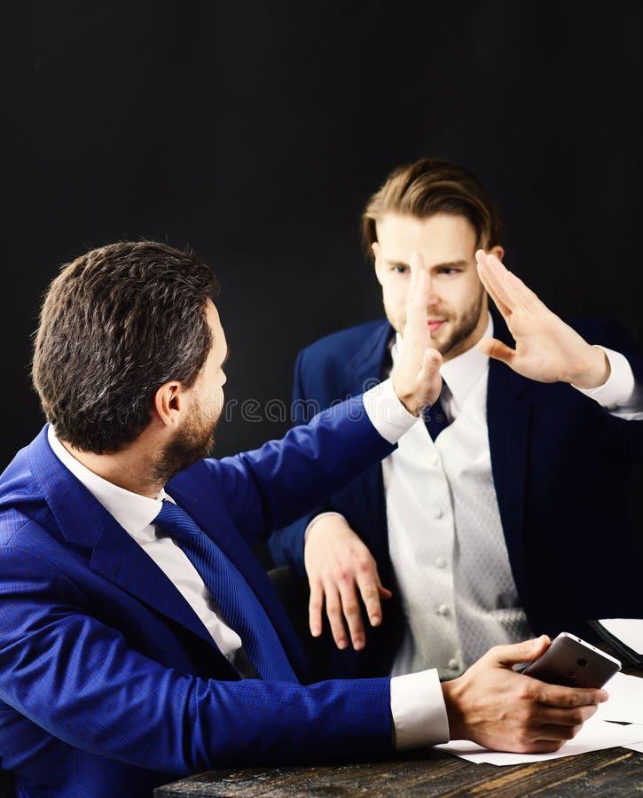 De bedrijfleiders hebben overeenkomst De gelukkige partners vieren succes Mensen op commerciële vergadering Mensen in formeel royalty-vrije stock foto's