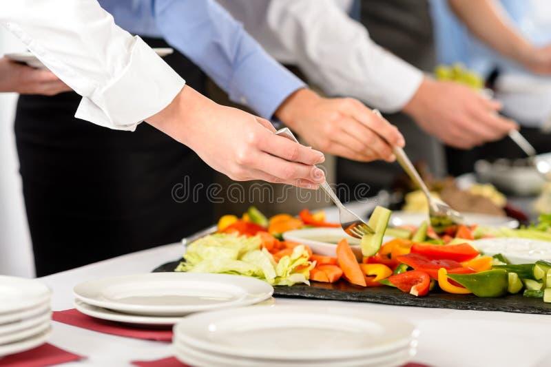 De bedrijfs cateringsmensen nemen buffetvoedsel royalty-vrije stock afbeeldingen