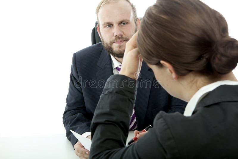 De bedrijfs man vrouw bij bureau is onwel contract royalty-vrije stock fotografie