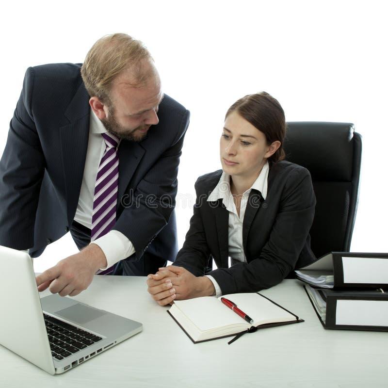 De bedrijfs man vrouw bij bureau verklaart op computer royalty-vrije stock afbeelding