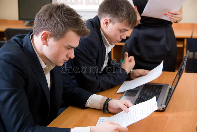 De bedrijfs mensen bestuderen het project stock foto's