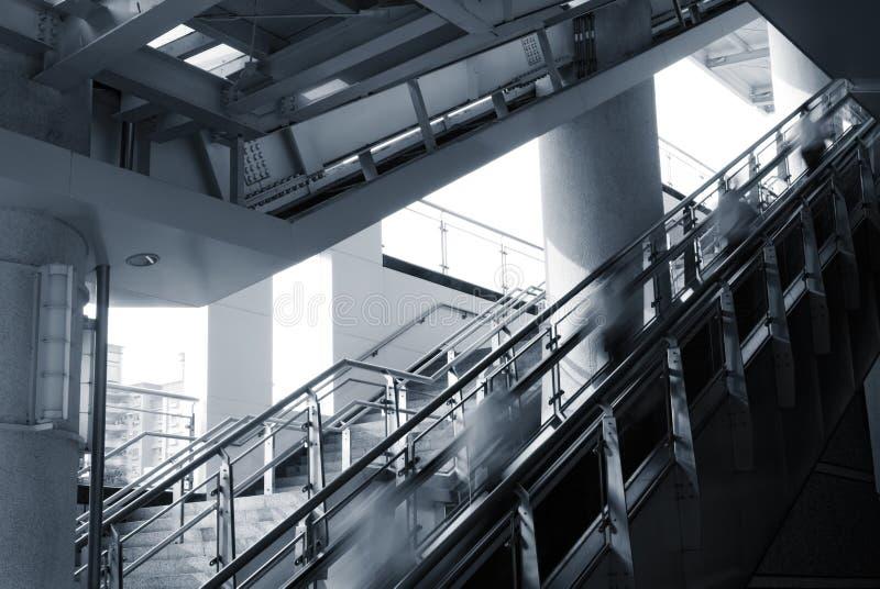 De bedrijfs mensen lopen op lift stock fotografie