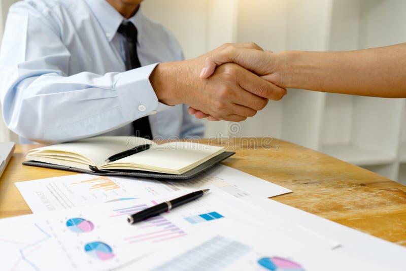 De bedrijfs Mensen schudden Hand stock foto