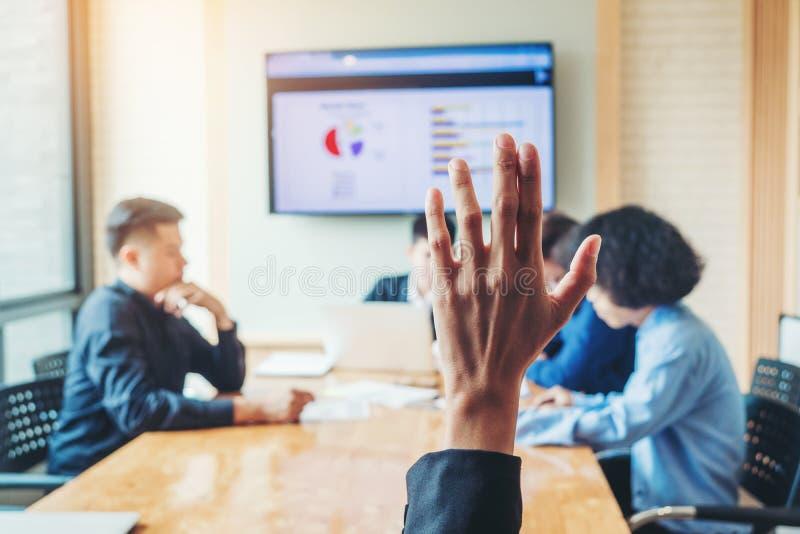 De bedrijfs opgeheven vrouwen overhandigen bedrijfsseminarie, commercieel vergaderingsconcept stock afbeeldingen