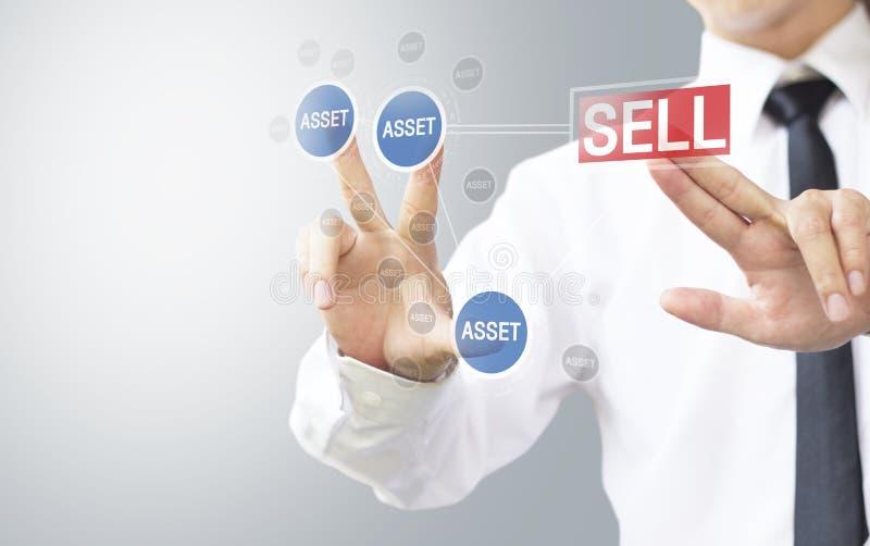 De bedrijfs uitgezochte mens verkoopt activa stock foto